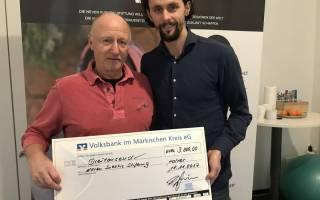 Rolf Krepschik bei der Scheckübergabe an Neven Subotic